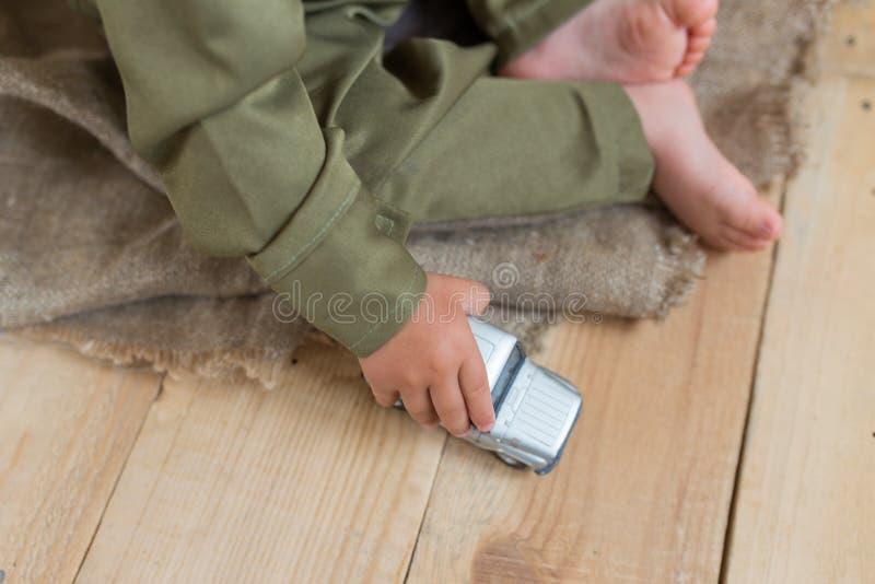 Μικροσκοπικό πρότυπο αυτοκινήτων σε ετοιμότητα του παιδιού στοκ φωτογραφίες
