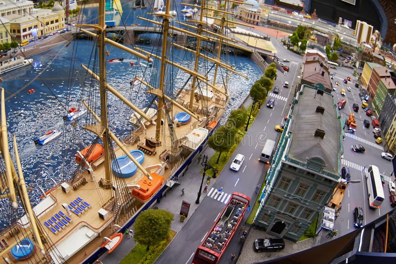 Μικροσκοπικό πρότυπο της πόλης με τα αυτοκίνητα αποβαθρών, ναυσιπλοΐας και παιχνιδιών στοκ εικόνες με δικαίωμα ελεύθερης χρήσης