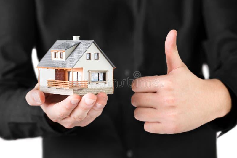 Μικροσκοπικό σπίτι στο ανθρώπινο χέρι. στοκ φωτογραφία με δικαίωμα ελεύθερης χρήσης