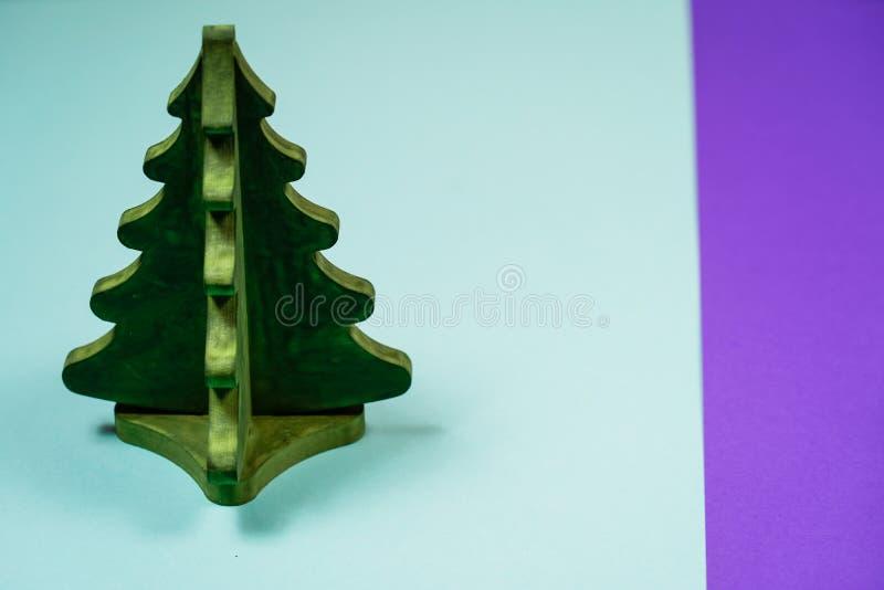 Μικροσκοπικό χριστουγεννιάτικο δέντρο παιχνιδιών σε έναν ξύλινο πίνακα Μίμησης realis στοκ εικόνες με δικαίωμα ελεύθερης χρήσης