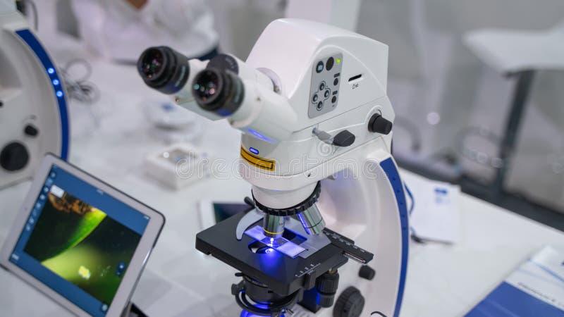 Μικροσκόπιο ψηφιακών κάμερα στο εργαστήριο επιστήμης στοκ εικόνες