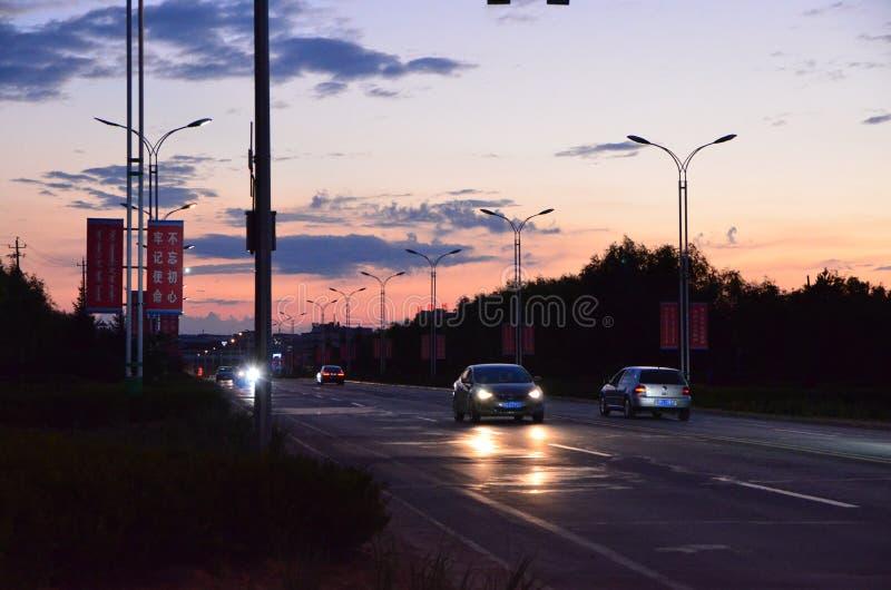 Μικρού χωριού ηλιοβασίλεμα οδικών τοπίων στοκ φωτογραφίες