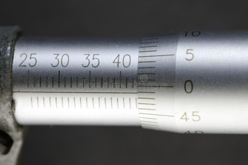 Μικρόμετρο, κινηματογράφηση σε πρώτο πλάνο μετρώντας κλίμακας στοκ εικόνες με δικαίωμα ελεύθερης χρήσης