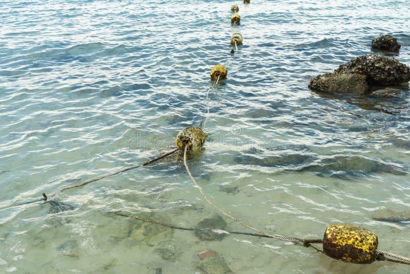 Μικρός βρώμικος σημαντήρας στη θάλασσα στοκ εικόνες