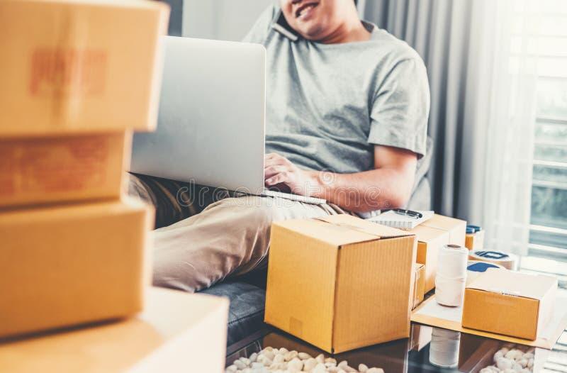 Μικρός ιδιοκτήτης επιχείρησης επιχειρηματιών ξεκινήματος νεαρών άνδρων που μιλά το τηλέφωνό του με τους πελάτες στο σπίτι, σε απε στοκ φωτογραφίες με δικαίωμα ελεύθερης χρήσης