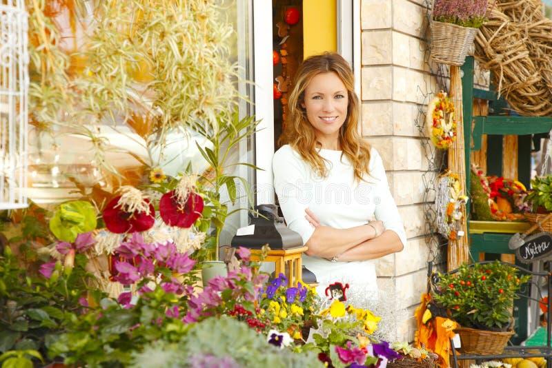 Μικρός ιδιοκτήτης μαγαζιό λουλουδιών στοκ φωτογραφία