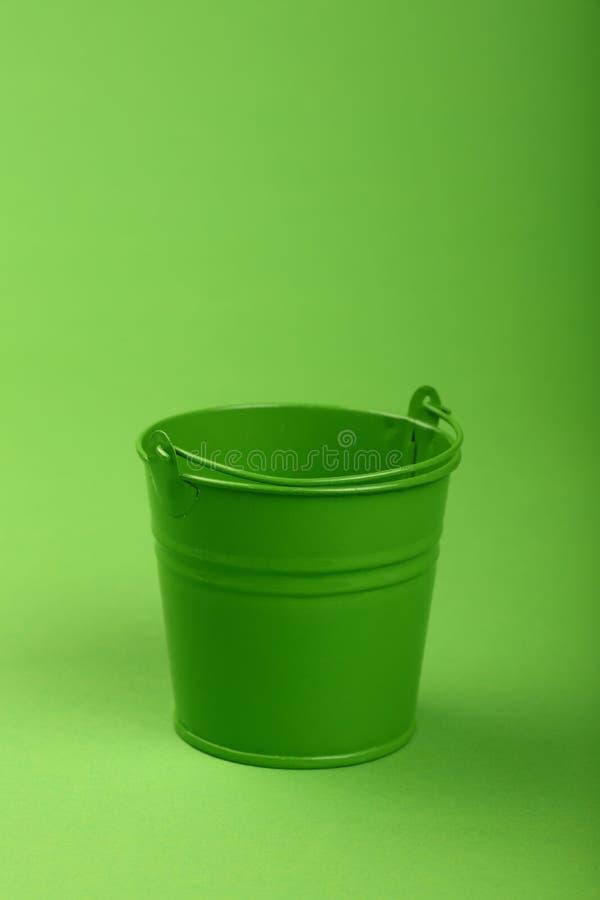 Μικρός κάδος μετάλλων πράσινο στενό σε επάνω υποβάθρου στοκ εικόνα με δικαίωμα ελεύθερης χρήσης