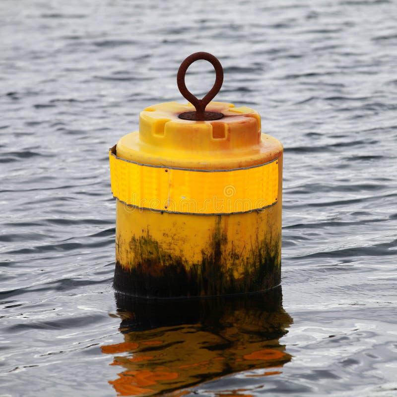 Μικρός κίτρινος κυλινδρικός σημαντήρας στοκ φωτογραφίες