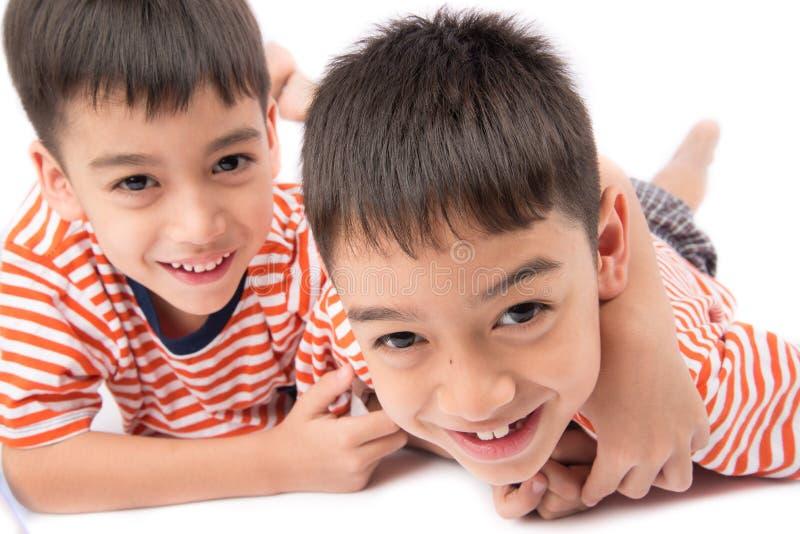 Μικρός καθορισμός χαμόγελου αδελφών αγοριών αμφιθαλών μαζί με το ευτυχές πρόσωπο στοκ φωτογραφίες με δικαίωμα ελεύθερης χρήσης