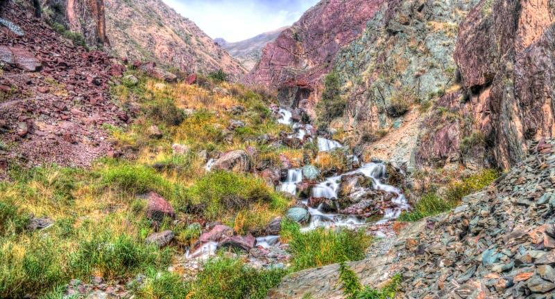 Μικρός καταρράκτης στο πέρασμα επίσης-Ashuu και τον ποταμό της Kara Balta και κοιλάδα, περιοχή Chuy του Κιργιστάν στοκ εικόνες