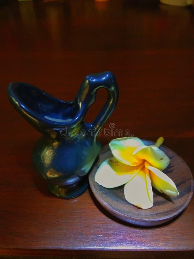 Μικρός κεραμικός με τα λουλούδια frangipani στοκ εικόνα