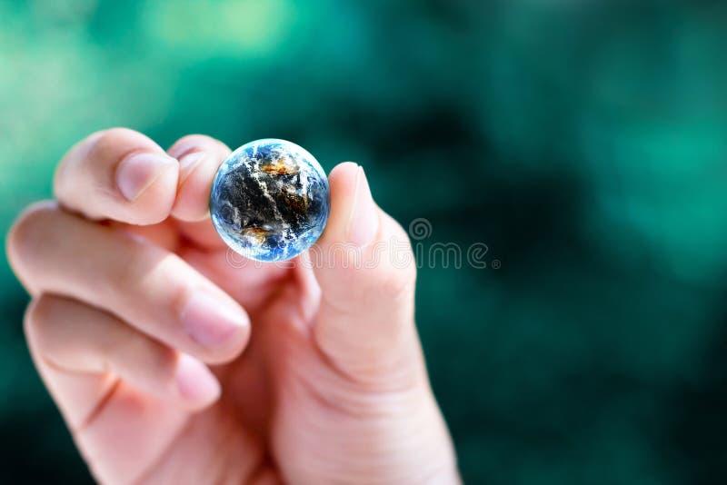 μικρός κόσμος λαβής χεριών στοκ φωτογραφίες με δικαίωμα ελεύθερης χρήσης