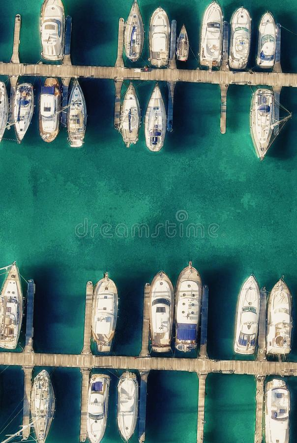 Μικρός λιμένας πόλεων με τις ελλιμενισμένες βάρκες Καταπληκτική πανοραμική κεραία στοκ φωτογραφία