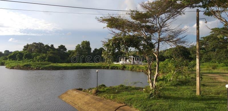 Μικρός ναός ρ της Σρι Λάνκα με την όμορφη φύση στοκ εικόνα