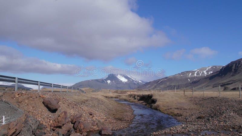 Μικρός ποταμός από την άκρη του δρόμου και τη θέα βουνού στοκ φωτογραφίες με δικαίωμα ελεύθερης χρήσης