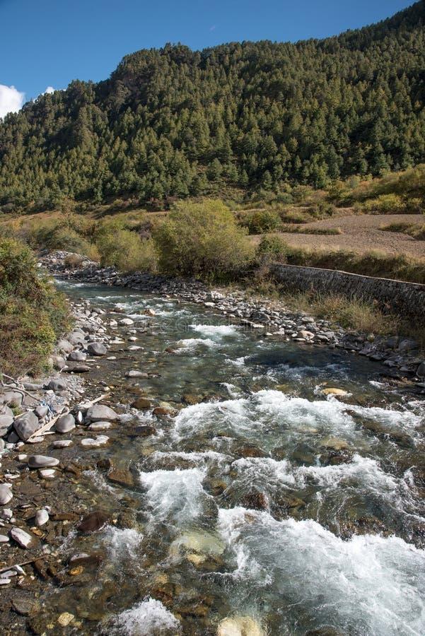 μικρός ποταμός με το mounatin στο δρόμο από στο shangri-Λα, CH στοκ εικόνα