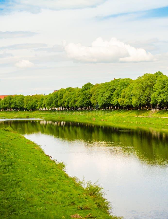 Μικρός ποταμός στην πόλη στοκ εικόνα