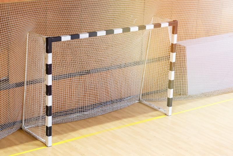 Μικρός στόχος ποδοσφαίρου στη γυμναστική Κενές πύλες για το μίνι ποδόσφαιρο στοκ φωτογραφία