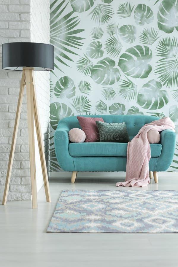 Μικρός τυρκουάζ καναπές στοκ φωτογραφία