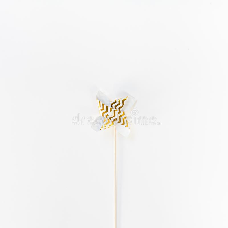 Μικρός χρυσός ανεμιστήρας παιχνιδιών Pinwheel στοκ φωτογραφίες