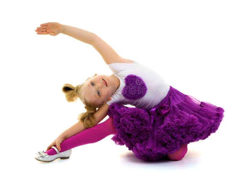 Μικρός gymnast εκτελεί ένα ακροβατικό στοιχείο στο πάτωμα στοκ φωτογραφίες με δικαίωμα ελεύθερης χρήσης