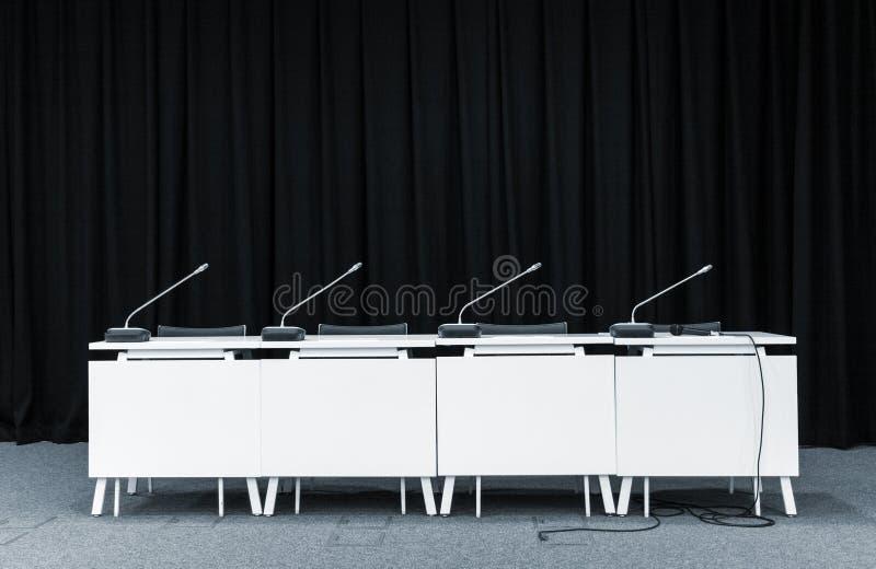 Μικρόφωνα διασκέψεων σε μια αίθουσα συνεδριάσεων στοκ εικόνες
