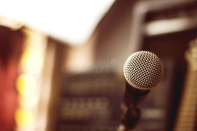 Μικρόφωνα και εξοπλισμός καταγραφής στο στούντιο στοκ εικόνα με δικαίωμα ελεύθερης χρήσης