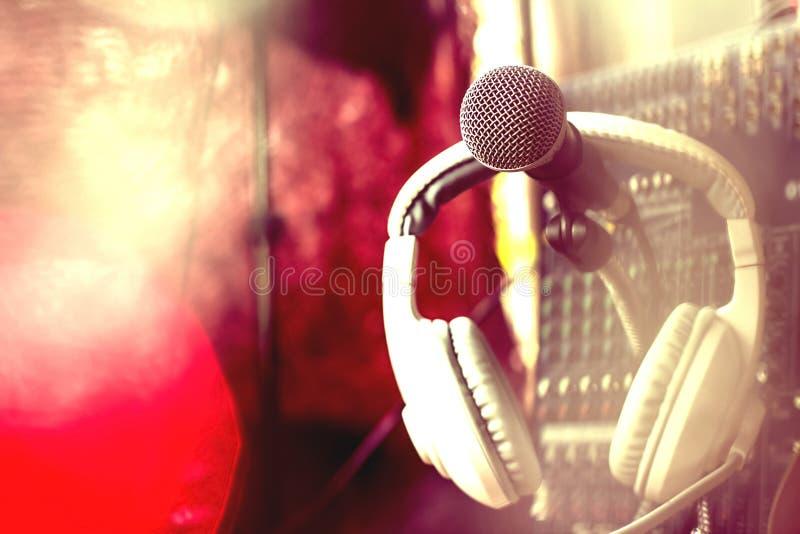 Μικρόφωνα και εξοπλισμός καταγραφής στο στούντιο στοκ εικόνα