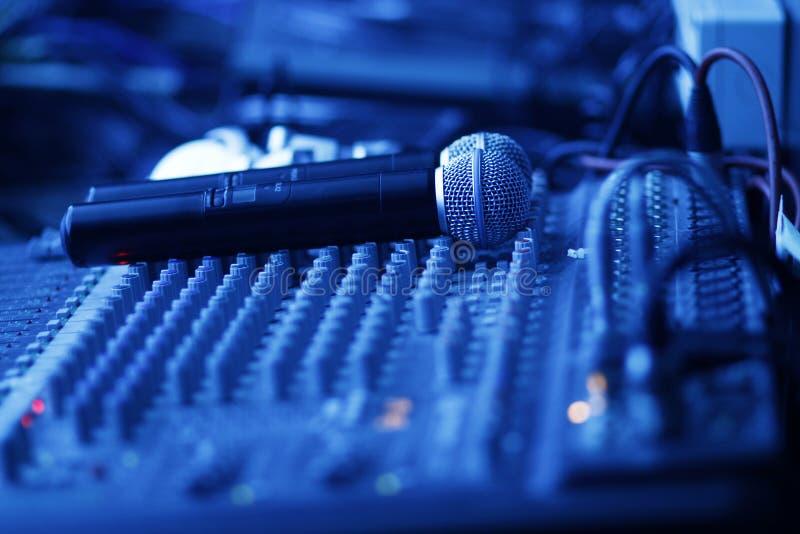 μικρόφωνα που αναμιγνύου&n στοκ φωτογραφία με δικαίωμα ελεύθερης χρήσης