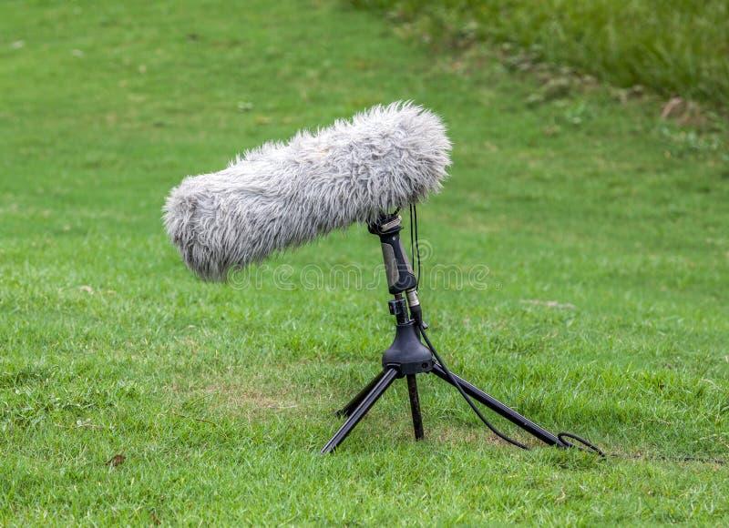 Μικρόφωνο βραχιόνων για τη ζωντανή αθλητική ραδιοφωνική μετάδοση στοκ φωτογραφίες