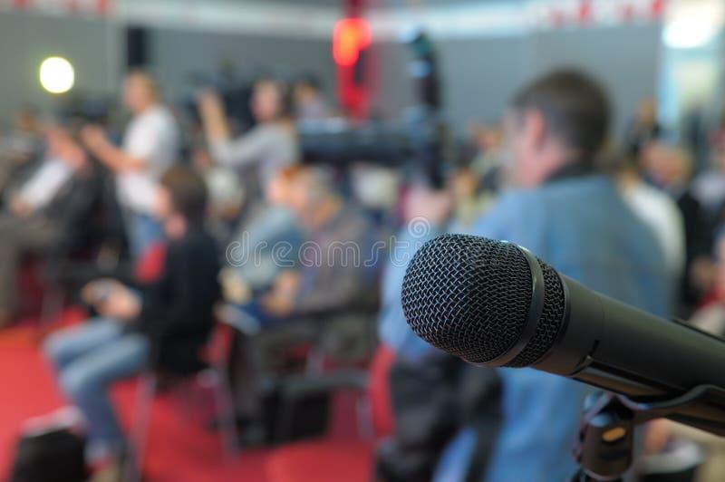 Μικρόφωνο για τις ερωτήσεις στη διάσκεψη. στοκ εικόνες
