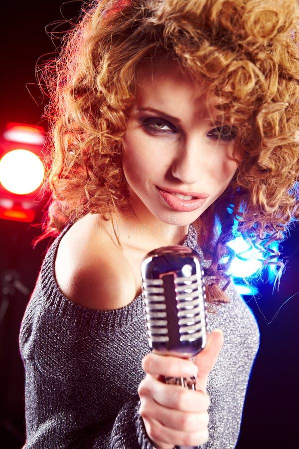 Μικρόφωνο εκμετάλλευσης γυναικών στοκ φωτογραφία με δικαίωμα ελεύθερης χρήσης