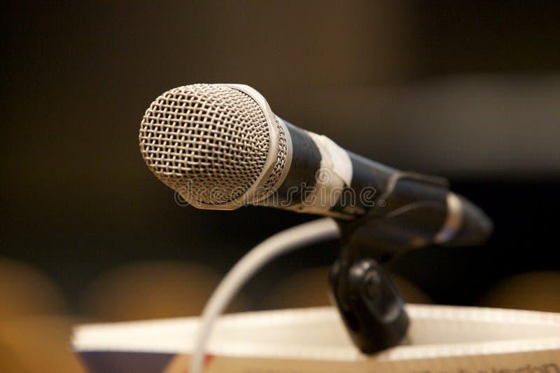 Μικρόφωνο κινηματογραφήσεων σε πρώτο πλάνο στην αίθουσα στοκ φωτογραφία