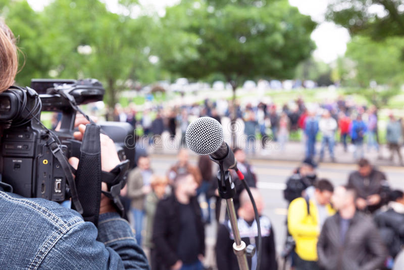 Μικρόφωνο στην εστίαση, θολωμένο μαγνητοσκόπηση πλήθος καμεραμάν στοκ φωτογραφίες με δικαίωμα ελεύθερης χρήσης