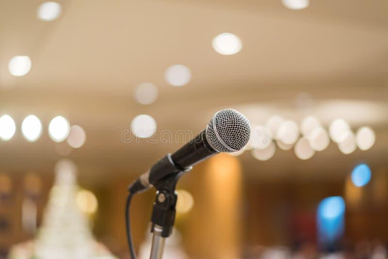 Μικρόφωνο στη αίθουσα συναυλιών ή τη αίθουσα συνδιαλέξεων με τα φω'τα στην ΤΣΕ στοκ εικόνες