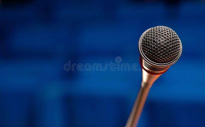 Μικρόφωνο στη αίθουσα συνδιαλέξεων στοκ εικόνα με δικαίωμα ελεύθερης χρήσης
