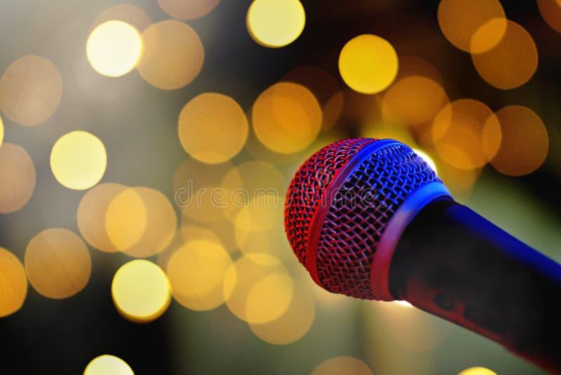Μικρόφωνο στη σκηνή με τα φω'τα bokeh στοκ εικόνα με δικαίωμα ελεύθερης χρήσης