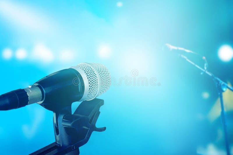 Μικρόφωνο στη σκηνή με την μπλε δονούμενη συναυλία φωτισμού στοκ εικόνες με δικαίωμα ελεύθερης χρήσης