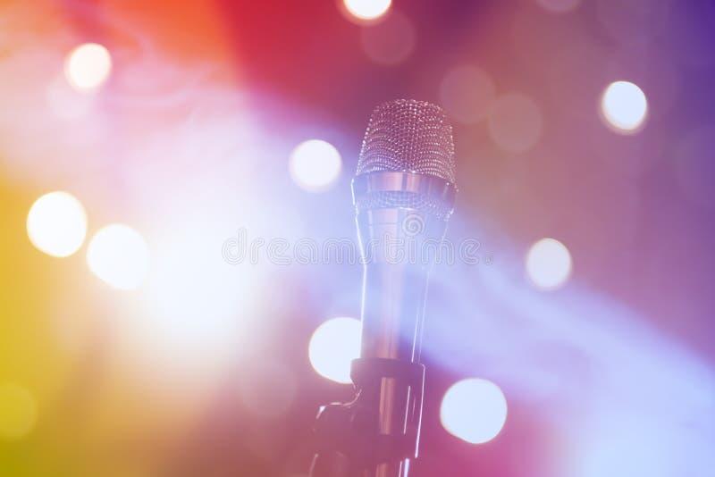 Μικρόφωνο στη σκηνή στοκ φωτογραφία με δικαίωμα ελεύθερης χρήσης