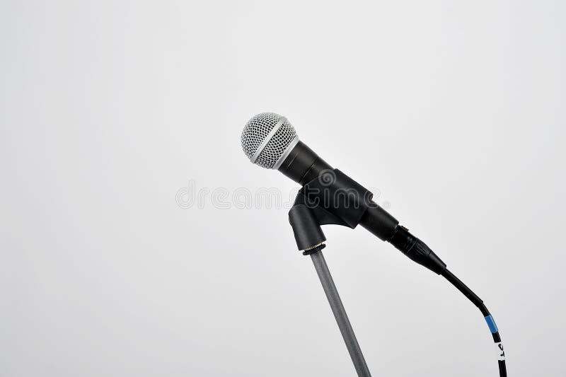 Μικρόφωνο στο λευκό στοκ φωτογραφίες με δικαίωμα ελεύθερης χρήσης