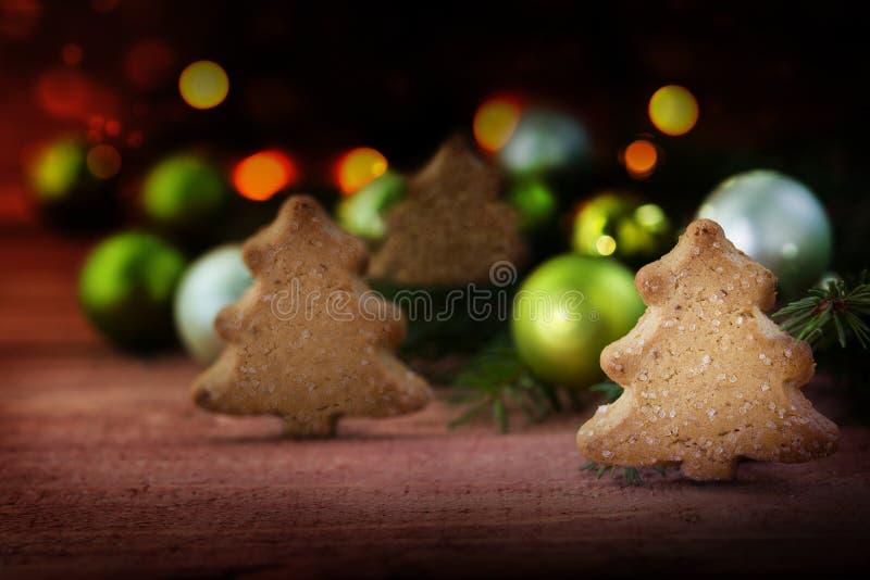 Μικρό δάσος των μπισκότων Χριστουγέννων στη μορφή δέντρων, κομψοί κλάδοι στοκ φωτογραφία