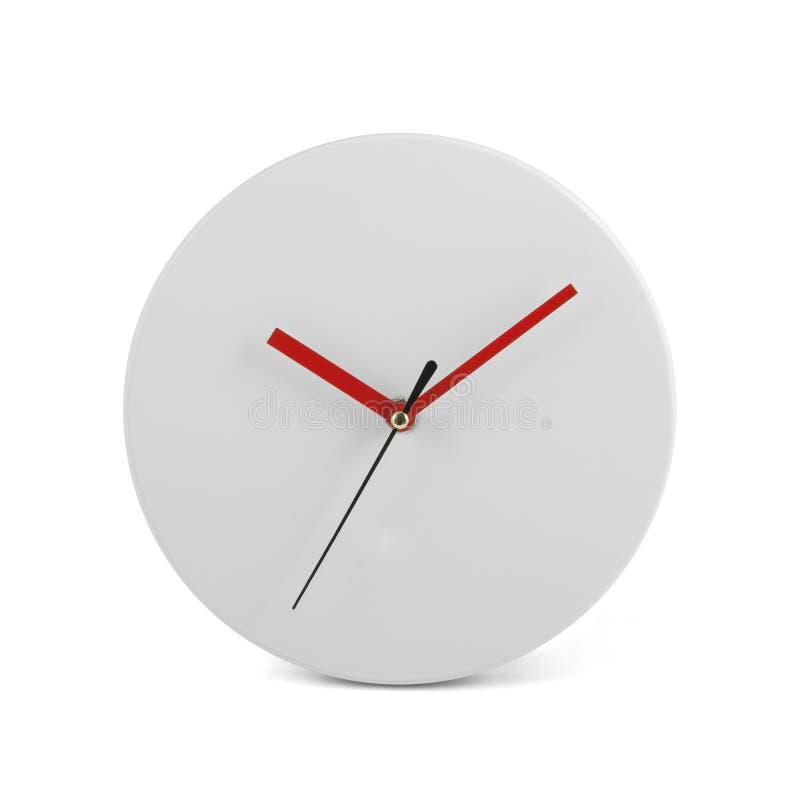 Μικρό άσπρο απλό στρογγυλό ρολόι τοίχων - ρολόι που απομονώνεται στο άσπρο υπόβαθρο στοκ εικόνες