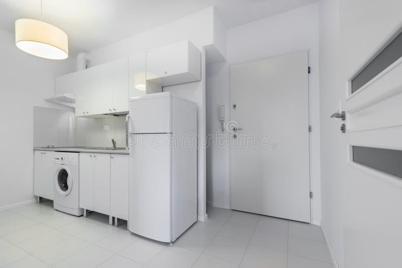 Μικρό, άσπρο συμπαγές εσωτερικό σχέδιο κουζινών στοκ φωτογραφίες