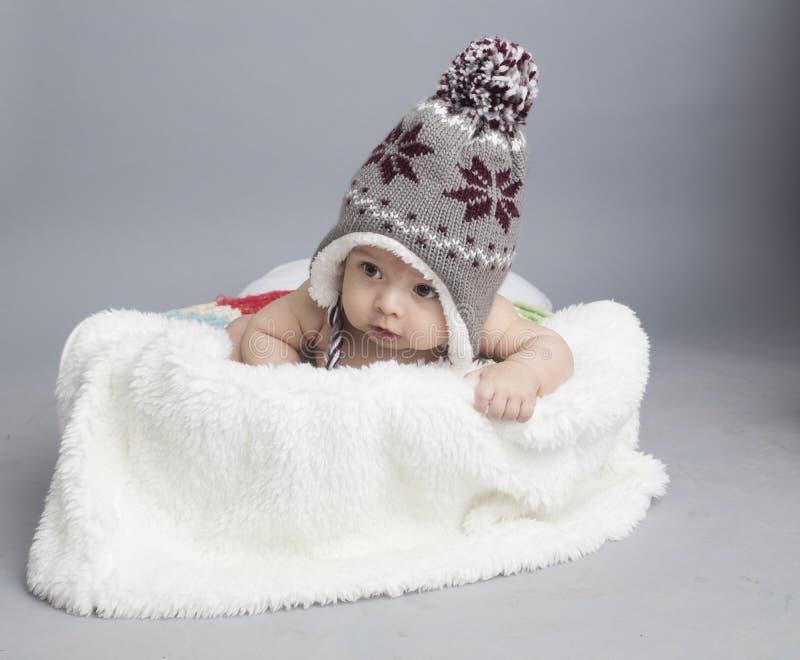 Μικρό αγόρι μέσα στη γούνα στοκ φωτογραφίες