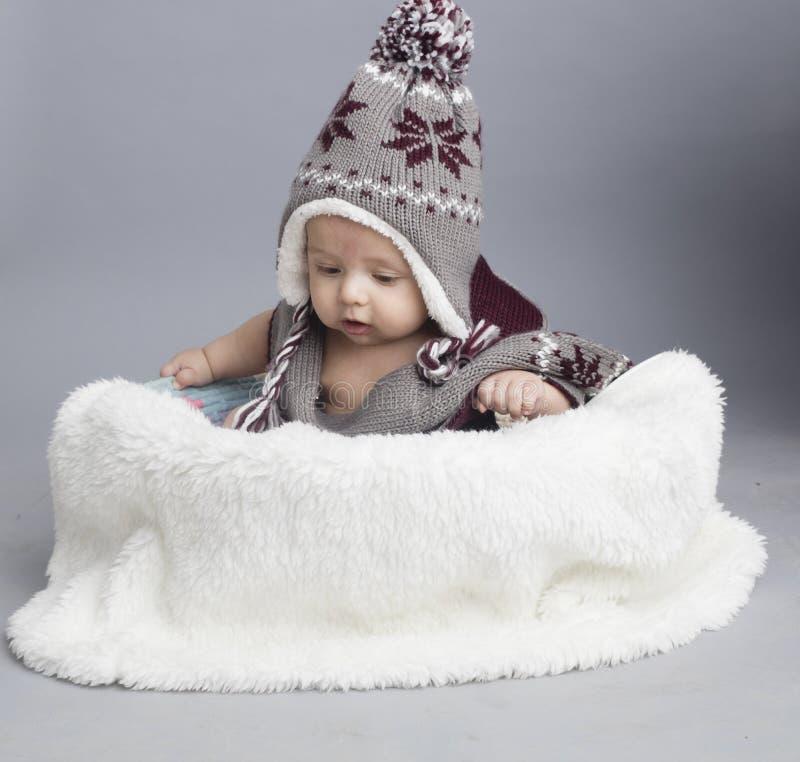 Μικρό αγόρι μέσα στη γούνα στοκ φωτογραφία