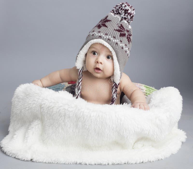 Μικρό αγόρι μέσα στη γούνα στοκ εικόνες