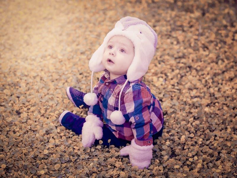 Μικρό αγόρι μέσα στη γούνα στοκ εικόνα
