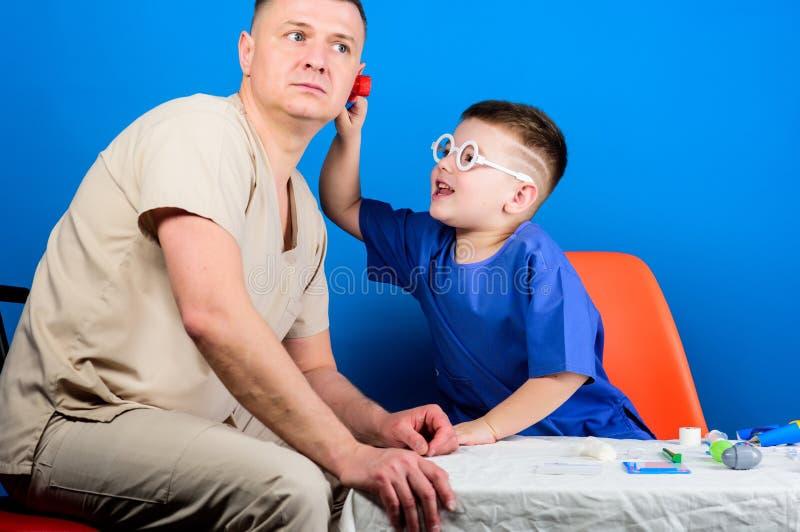 Μικρό αγόρι με τον μπαμπά στο νοσοκομείο ευτυχές παιδί με τον πατέρα με το στηθοσκόπιο r ιατρική και υγεία πατέρας και στοκ φωτογραφίες με δικαίωμα ελεύθερης χρήσης