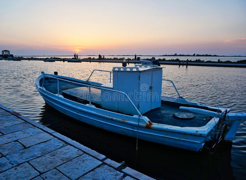 Μικρό αλιευτικό σκάφος στο ηλιοβασίλεμα, λιμνοθάλασσα της Λευκάδας, Ελλάδα στοκ φωτογραφίες