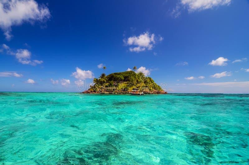 Μικρό απομονωμένο νησί στοκ εικόνες